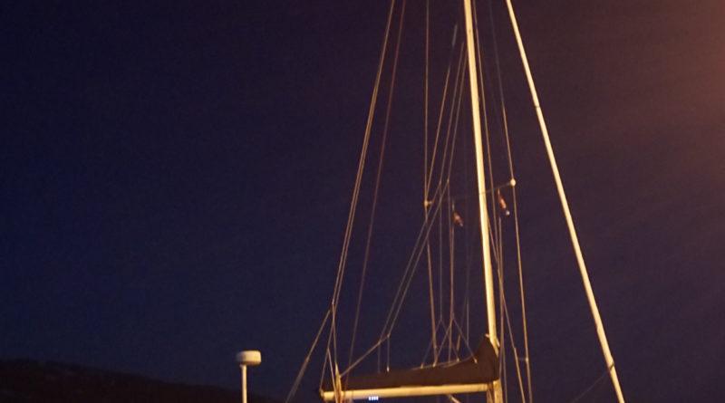 yacht in der nacht
