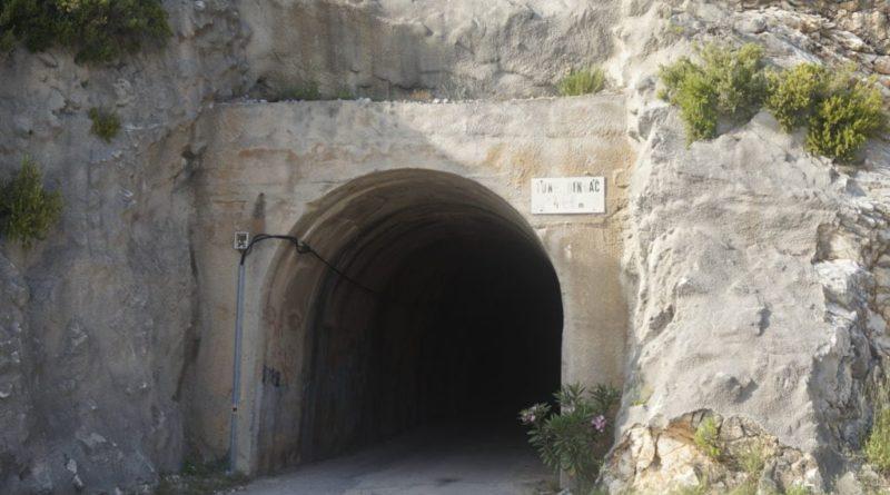 ein Tunnel in den Bergen